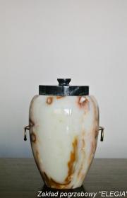 Wykonana z granitu w terenie warszawy urna pogrzebowa