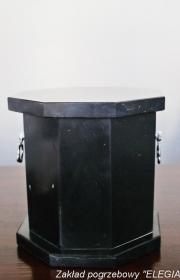 Czarna ekologiczna urna pogrzebowa w usługi pogrzebowe elegia