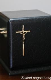 Czarna urna pogrzebowa bok do kremacji na terenie warszawy