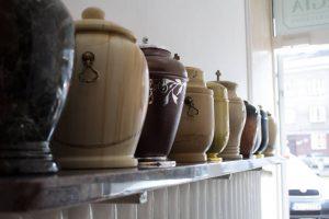 Rząd urn kremacyjnych zakłąd pogrzebowy elegia warszawa grochów