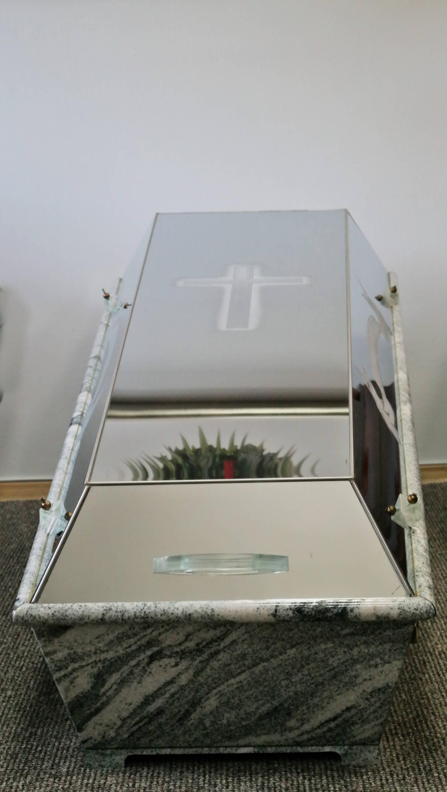 Szklana trumna pogrzebowa