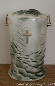 Porcelanowa urna na wystawie zakładu pogrzebowego w warszawie